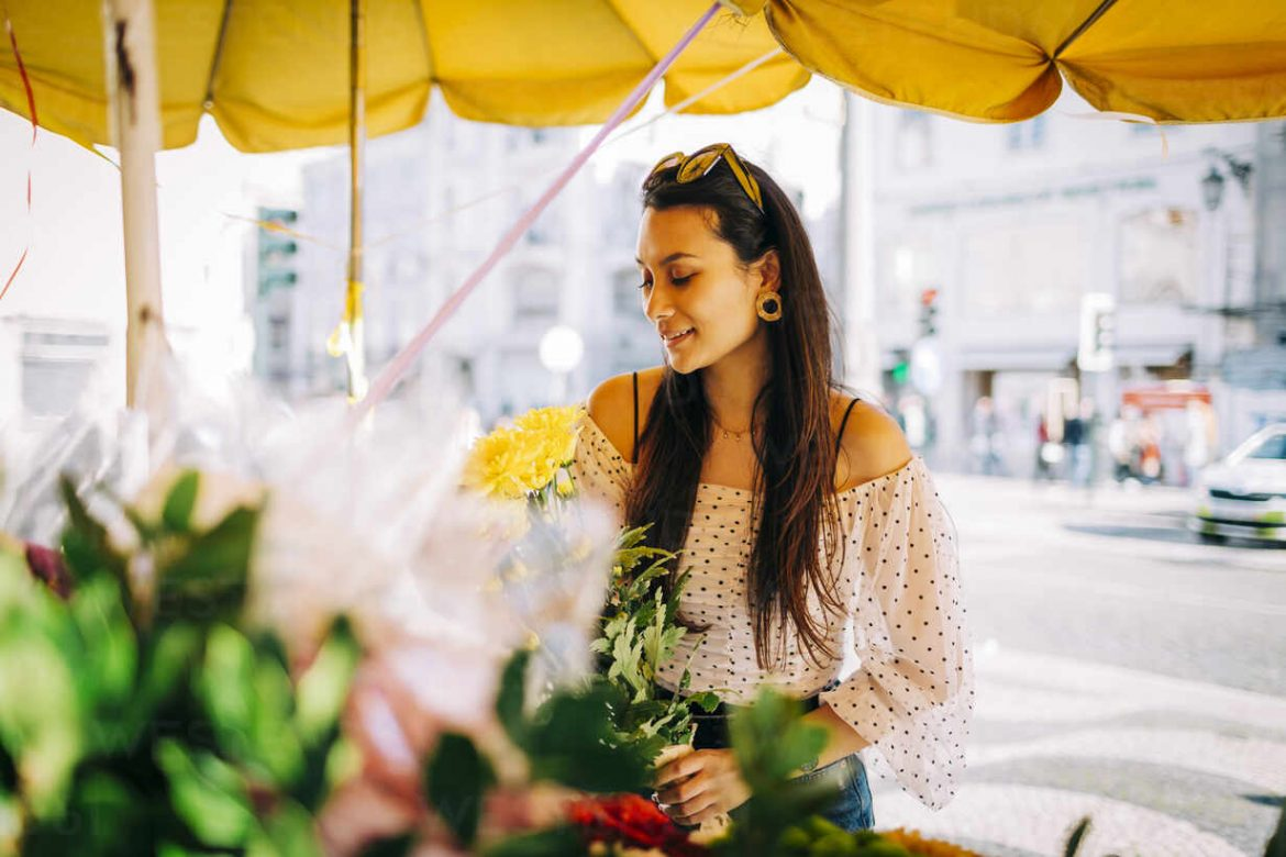 Get the fresh flower wreath delivery as you need